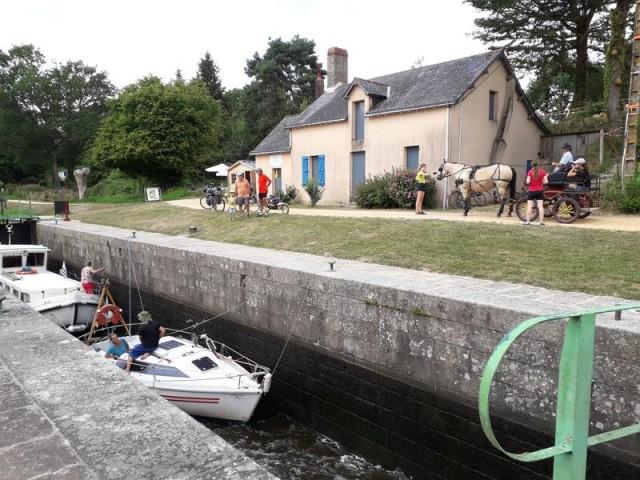 Les Touche à Tout - Restauration rapide près du canal de Nantes à Brest